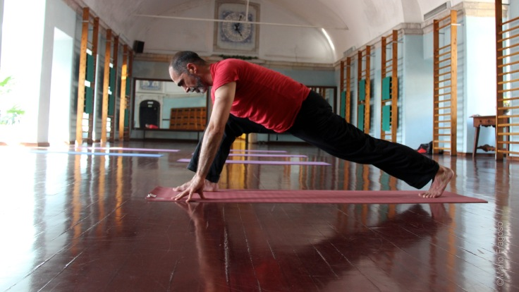 14. Assumir posição corredor Pé direito ao tecto, pé direito trazido à frente e colocado entre as mãos paralelo ao pé esquerdo