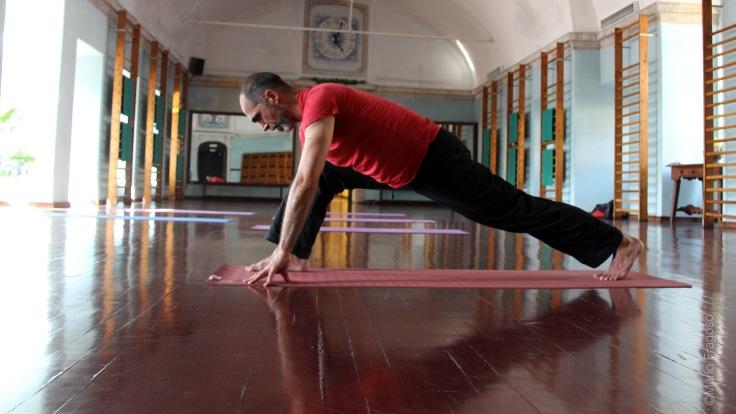 15d. Volta a assumir posição corredor Pé direito ao tecto, pé direito trazido à frente e colocado entre as mãos paralelo ao pé esquerdo