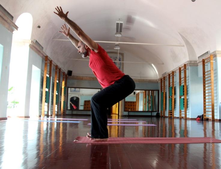 18a. Hurdvha Hastasanauttitha tadasana braços sobem, dedos voltados para o tecto, subir o corpo até à posição vertical