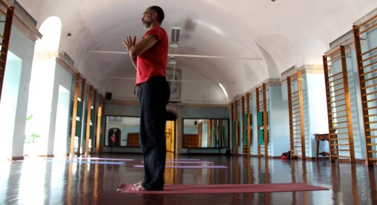 19. Tadasana samasthiti mãos juntas ao peito, força nos dedos, manter os músculos do braço activos (em angeli mudra)